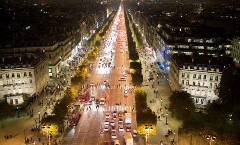 Bulevardul Champs Elysees din Paris noaptea