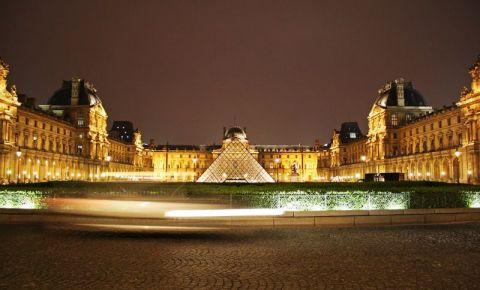 Muzeul Luvru din Paris noaptea