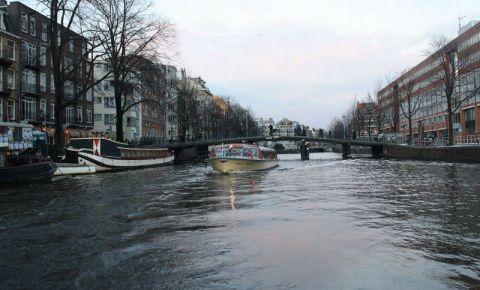 Canalul Zwanenburgwal din Amsterdam
