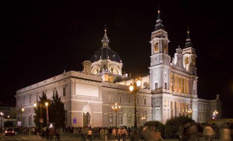 Catedrala Almudena din Madrid (noaptea)