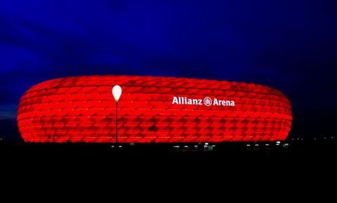 Stadionul Allianz Arena din Munchen (noaptea)